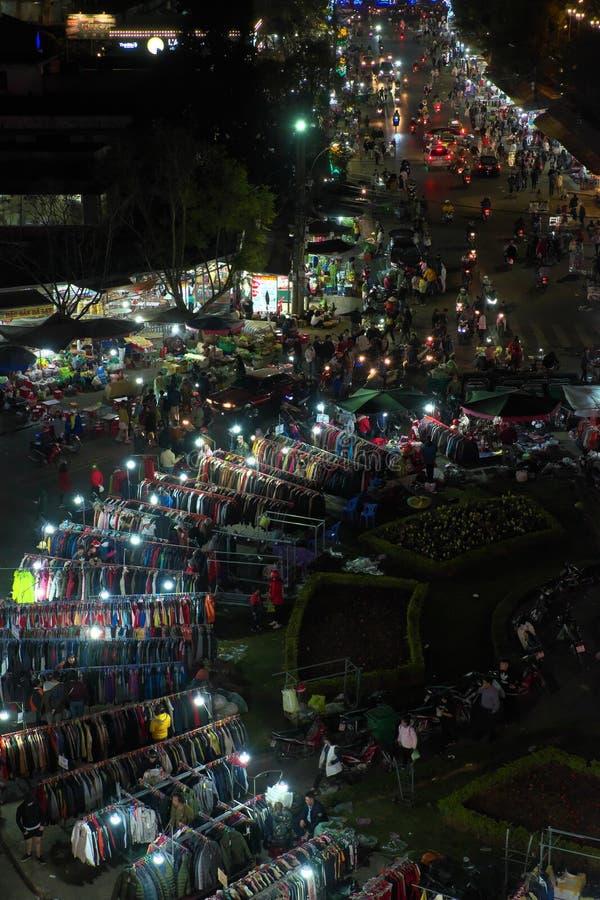Fullsatt atmosfär från hög sikt av den utomhus- marknaden för Dalat natt royaltyfri foto
