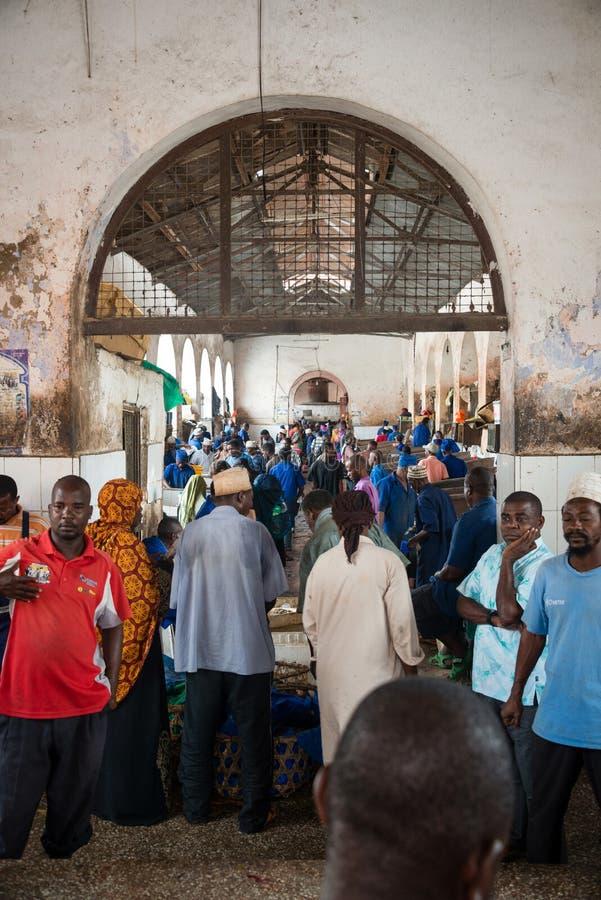 Fullsatt Darajani marknad i stenstaden, Zanzibar arkivfoton