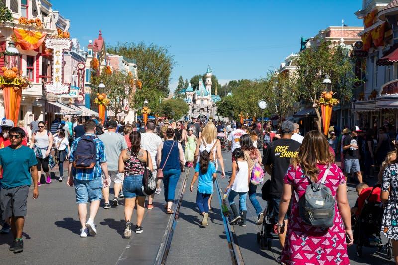 Fullsatt Disneyland nöjesfält royaltyfri fotografi