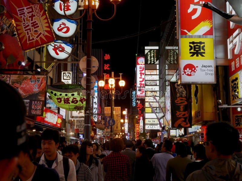 Fullsatt gata i Dotonbori, Osaka royaltyfri bild