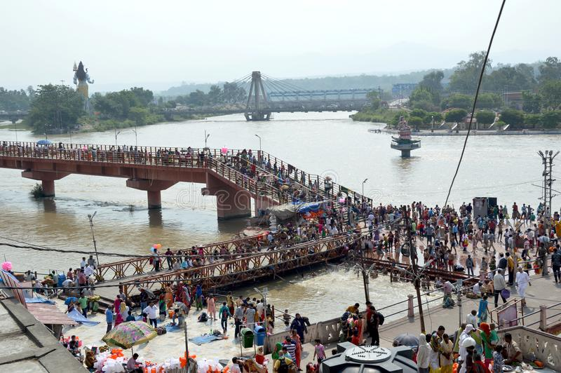 Fullsatt område av den Uttar Pradesh banken av floden Ganga royaltyfri bild