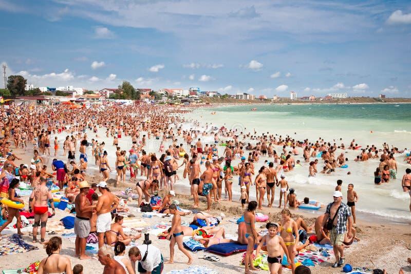 Fullsatt strand med turister i Costinesti, Rumänien arkivbilder