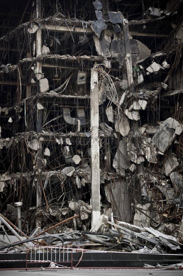 Fullständigt förstörd stor kollaps för stad för konkret byggnad nästan fotografering för bildbyråer
