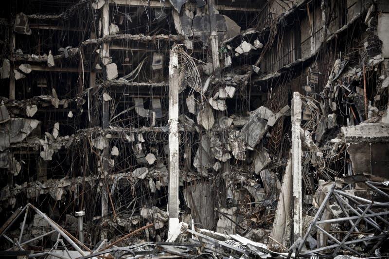 Fullständigt förstörd stor kollaps för stad för konkret byggnad nästan royaltyfri foto