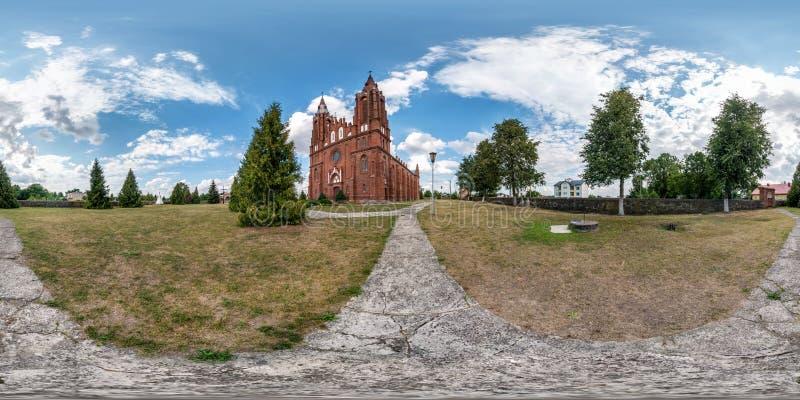 Fullständigt, sömlöst sfäriskt hdri panorama 360 grader i liten by med dekorativ medeltida arkitekturkyrka i arkivfoton