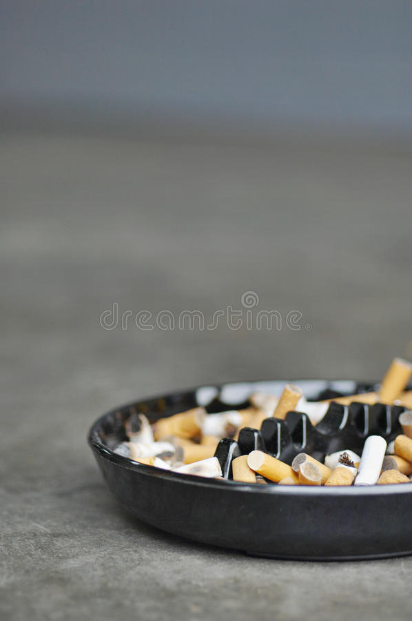Download Fullt Askfat Av Cigaretter På Tabellen, Närbild Fotografering för Bildbyråer - Bild av grupp, missbruk: 78731177