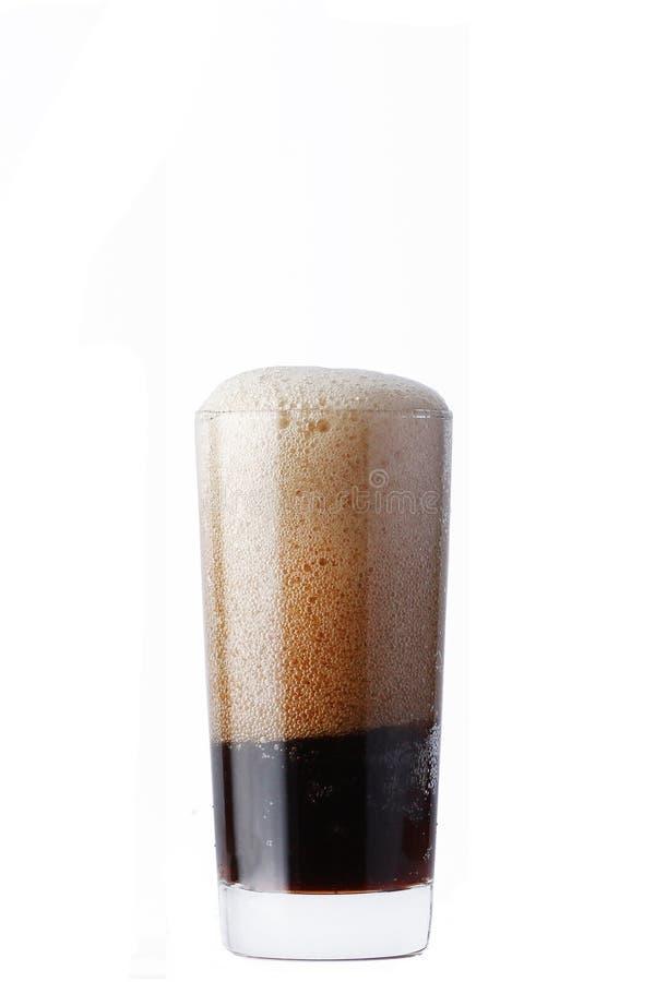 Fullt exponeringsglas av cola med skum som isoleras på vit bakgrund royaltyfri fotografi