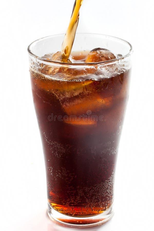 Fullt exponeringsglas av cola som isoleras royaltyfri fotografi