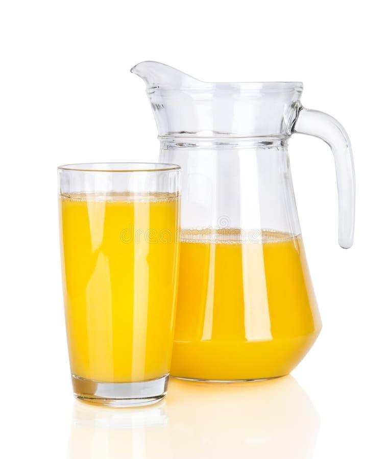 Fullt exponeringsglas och tillbringare av orange fruktsaft arkivfoton
