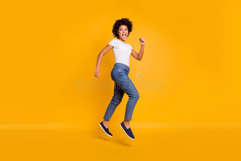 Fullt högt härligt foto för profil för sida för längdkroppformat hoppa henne hennes dam som rusar shoppa det stora shopparegaller arkivfoton