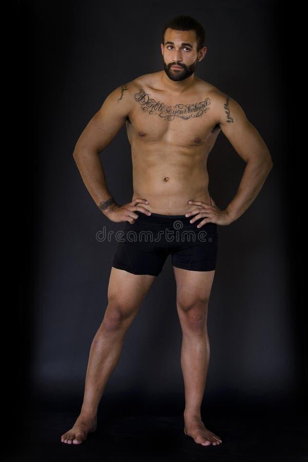 Fullt kroppskott av den manliga modellen i underkläder arkivfoto