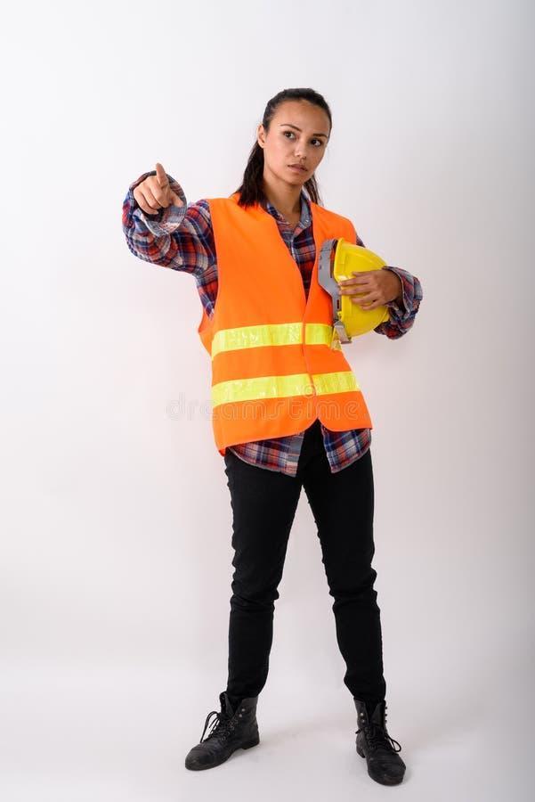 Fullt kroppskott av det unga asiatiska kvinnabyggnadsarbetareanseendet royaltyfria foton