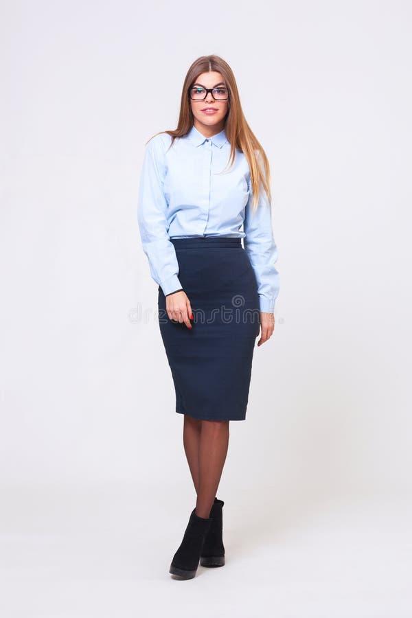 Fullt kroppstudioskott av den unga affärskvinnan på grå bakgrund arkivbild
