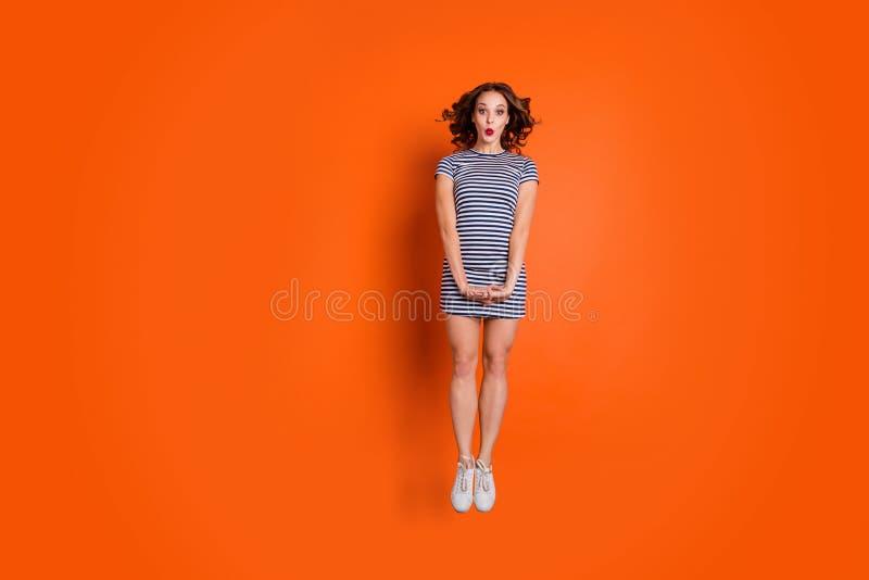 Fullt längdformatfoto av den slanka attraktiva nätta kalla hipsteren henne hennes dam som hoppar upp i rakt bära för position arkivfoto