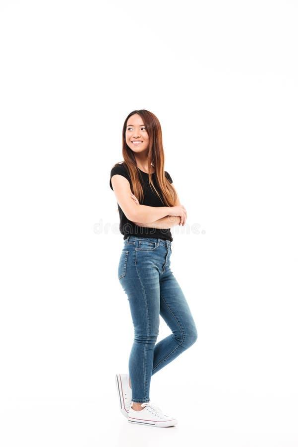 Fullt längdfoto av den unga nätta kinesiska kvinnan i svart tshirt arkivbild