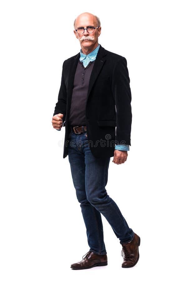 Fullt längdprofilskott av en tillfällig hög man som går och ler som isoleras på vit bakgrund royaltyfri bild