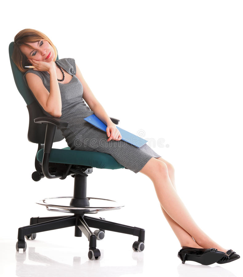 Fullt sammanträde för längdaffärskvinnan på den hållande skrivplattan för stol är fotografering för bildbyråer