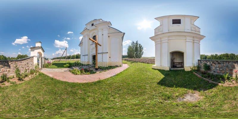 Fullt sfäriskt, sömlöst hdri panorama 360 grader på gården nära den lilla katolska kyrkan i ekrektangulär projektion med zenith arkivbild