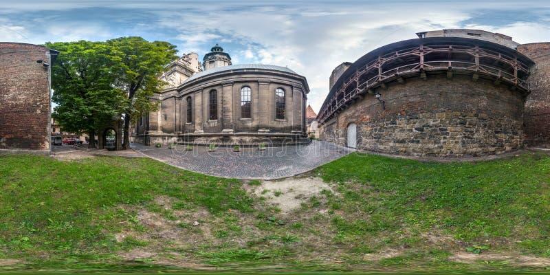 Fullt sfäriskt, sömlöst hdri-panorama 360 grader på gården nära fästningsväggen enat kyrka i ekrektangulär projektion med arkivbild