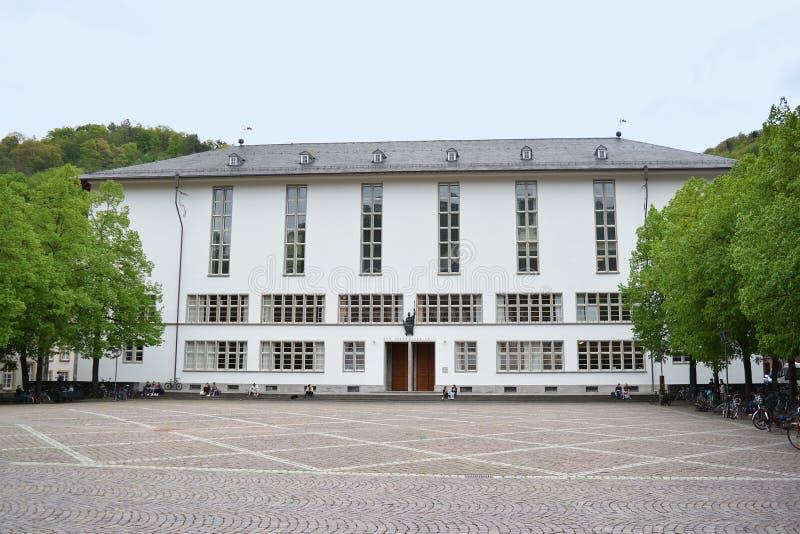 Fullt - sikt av huvudbyggnad av Ruprecht-Karls-universitetet med statyn av den romerska gudinnan av vishet Minerva ovanför ingång arkivbild