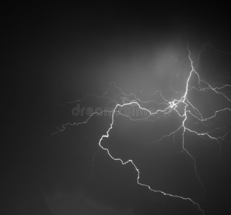 Fulmine: bullone di fulmine, isolato contro terra nera fotografia stock libera da diritti