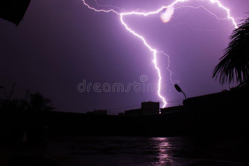 Fulmine che colpisce cima di costruzione a Pune, India fotografia stock libera da diritti