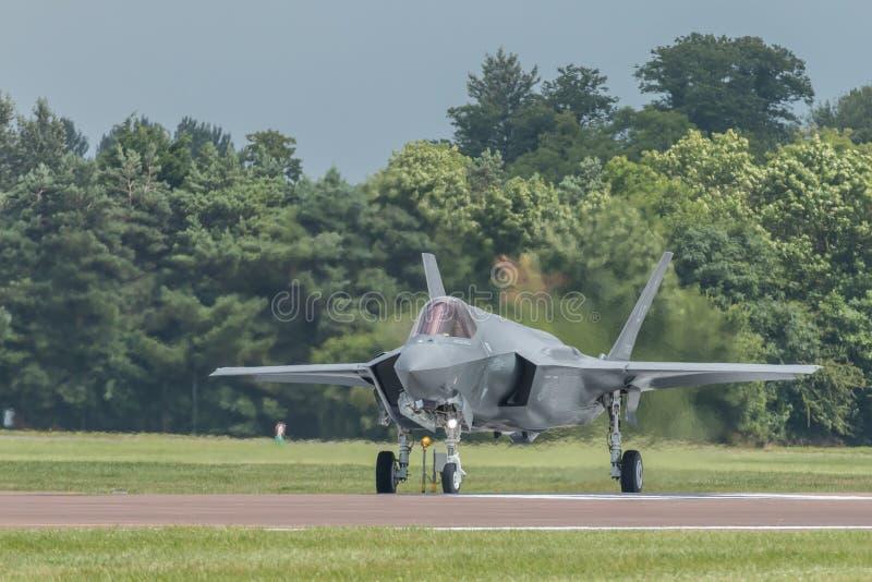 Fulmine2 di F-35 che rulla sulla pista immagine stock