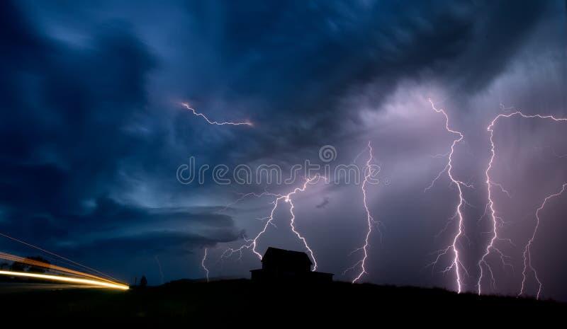 Fulmine di Saskatchewan delle nuvole di tempesta fotografia stock libera da diritti