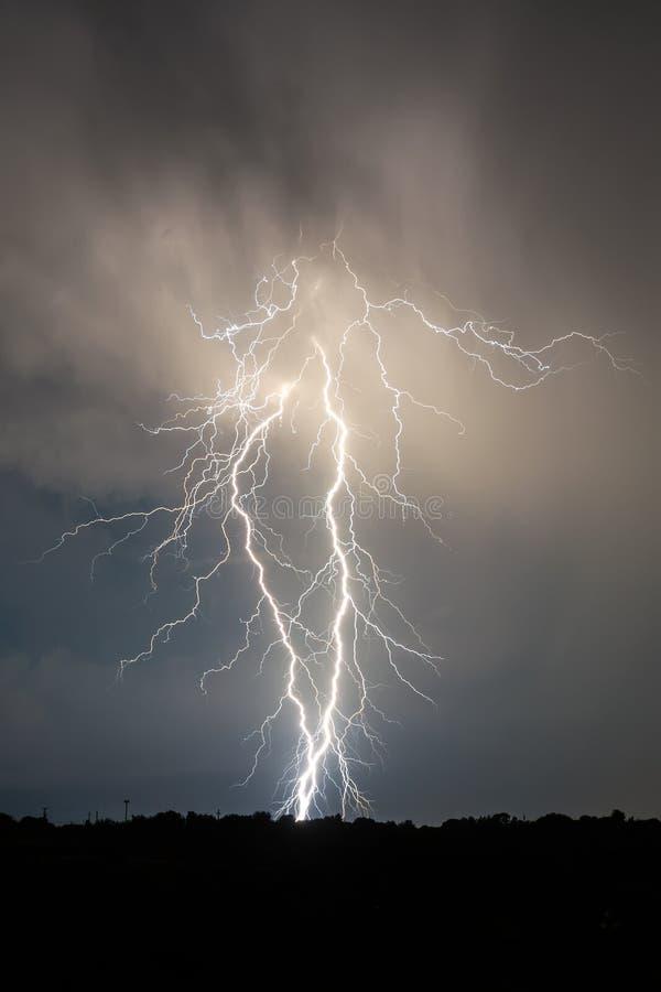Fulmine e nuvole nella tempesta del paesaggio di notte fotografia stock