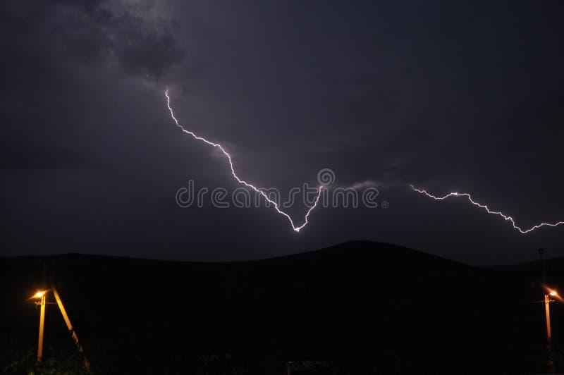 Fulmine potente nel cielo notturno Pioggia, autunno fotografie stock libere da diritti