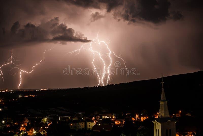 Fulmine sopra cielo notturno immagini stock libere da diritti