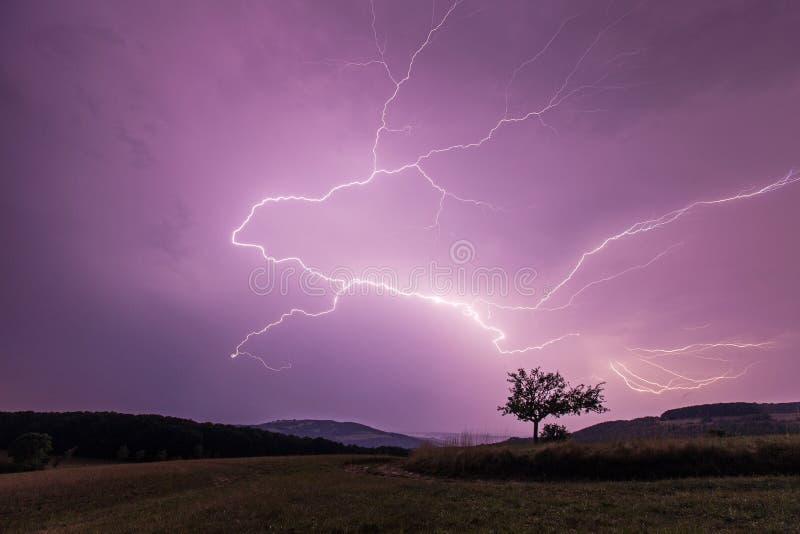 Fulmine sopra cielo notturno fotografie stock libere da diritti