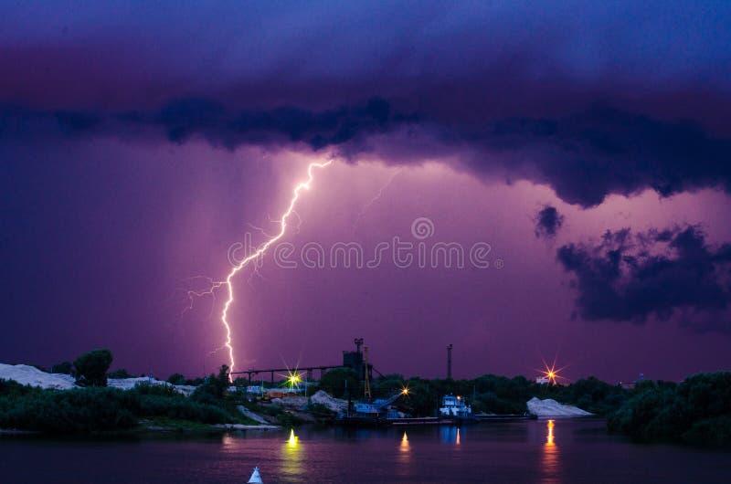Fulmine sopra il fiume fotografia stock