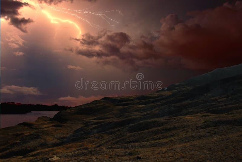 Fulmine sopra Karadag La Crimea orientale, vicino a Feodosia immagini stock