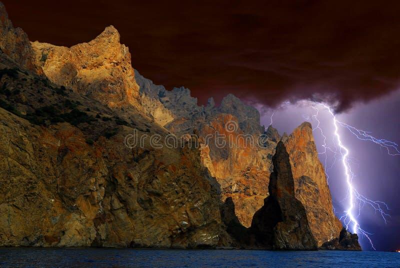 Fulmine sopra Karadag La Crimea orientale, vicino a Feodosia immagini stock libere da diritti