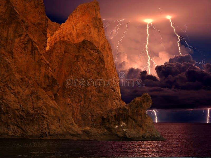 Fulmine sopra Karadag La Crimea orientale, vicino a Feodosia fotografia stock libera da diritti