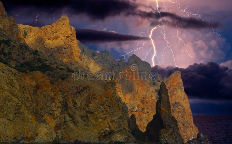 Fulmine sopra Karadag La Crimea orientale, vicino a Feodosia fotografia stock