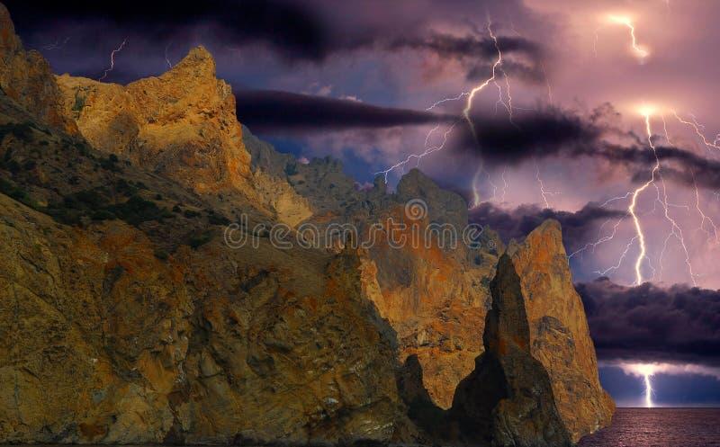 Fulmine sopra Karadag La Crimea orientale, vicino a Feodosia immagine stock