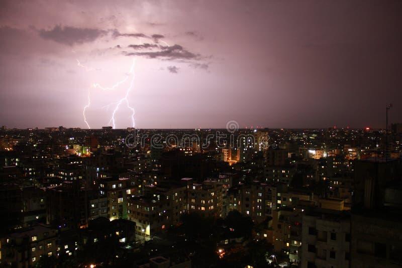 Fulmine in una città fotografia stock libera da diritti