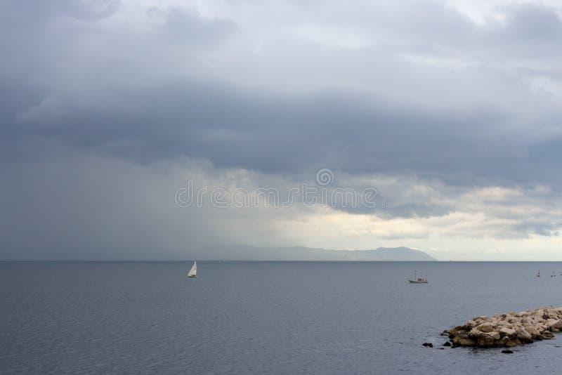 Fulminez avec la pluie sur la Mer Adriatique avec la silhouette blanche de yacht et d'île Concept de mauvais temps photos stock