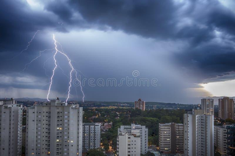 Fulminez dans la ville Sao Jose Dos Campos, Sao Paulo, Brésil, avec le boulon et la pluie à l'arrière-plan photographie stock