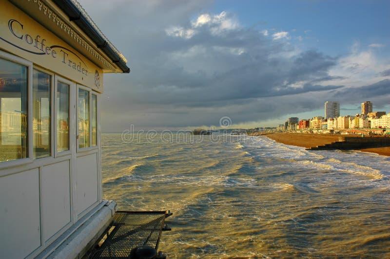 Fulminez les cieux chargés, plage occidentale Brighton R-U image stock