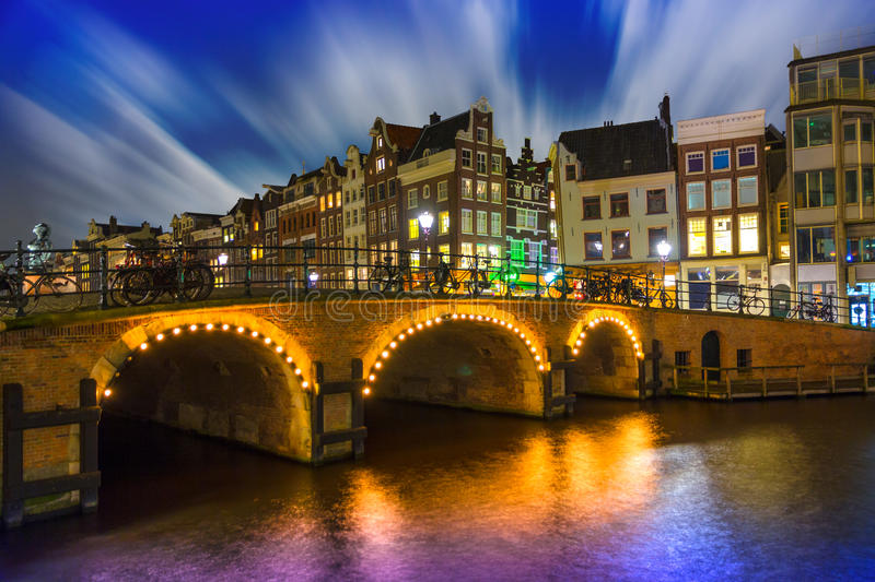 Fulminez sur Amsterdam la nuit, canal de Singel photo stock