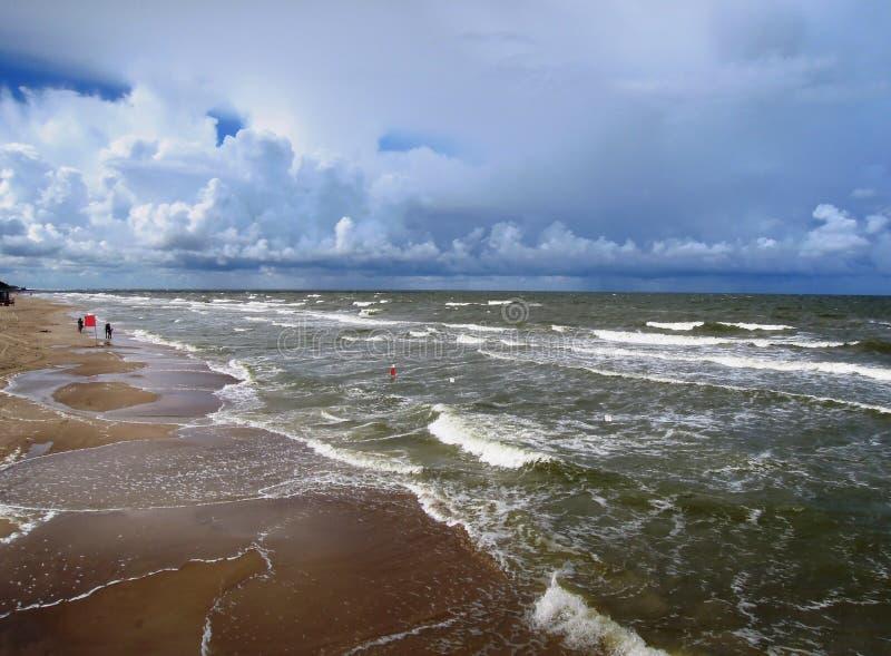 Fulminez sur la côte de la mer baltique images stock