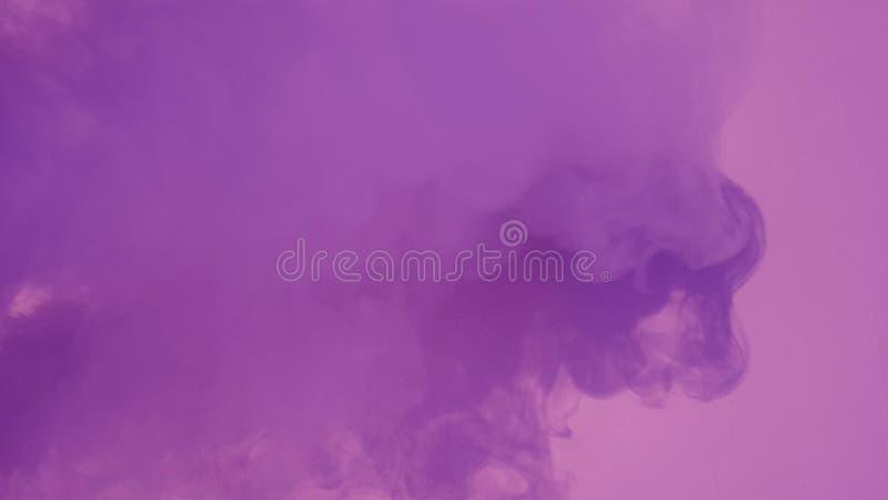 Fumée avec la lumière violette photos libres de droits