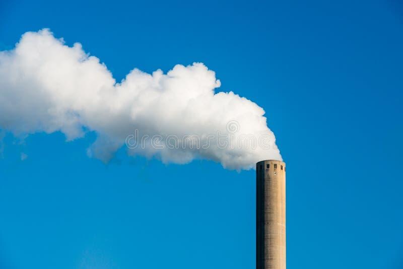 Fumée blanche d'une cheminée image stock