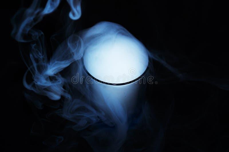 Fumée blanche sur le fond noir de tissu en verre La fumée a réparti le fond Culture de Vaping, la vie sans cigarettes photographie stock libre de droits