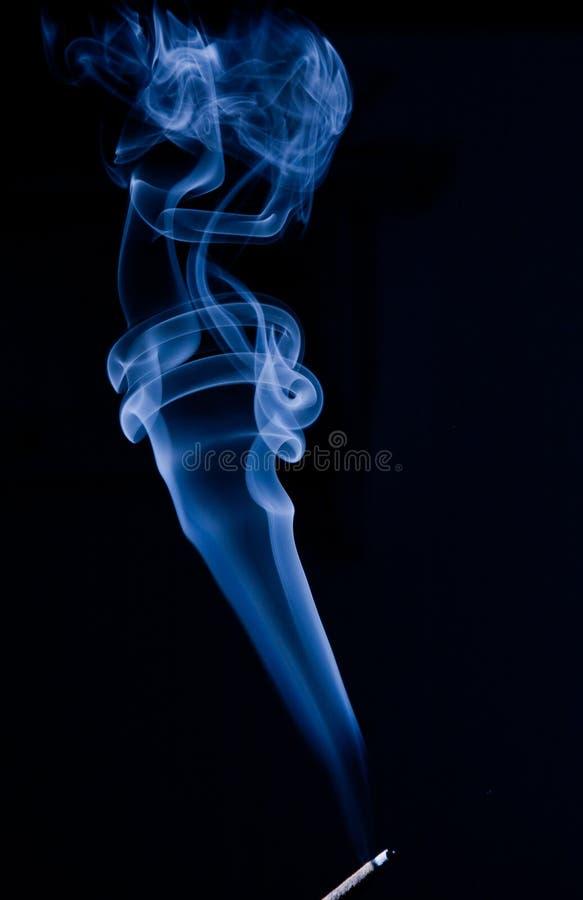 Fumée bleue sur le noir photo stock