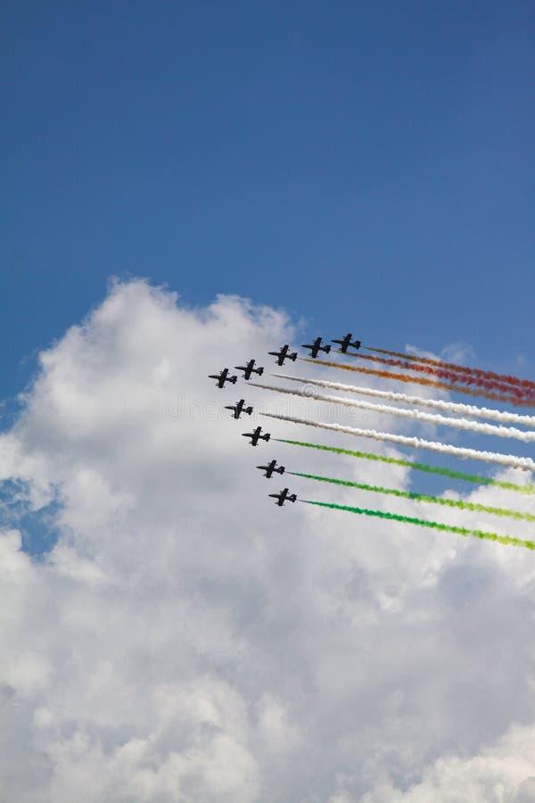 Fumée colorée d'avion images stock