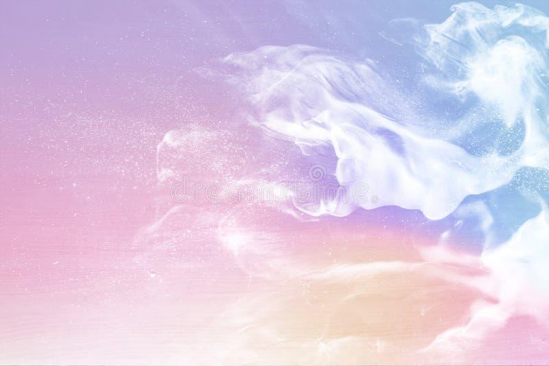 Fumée colorée sur le fond en pastel rose photo stock